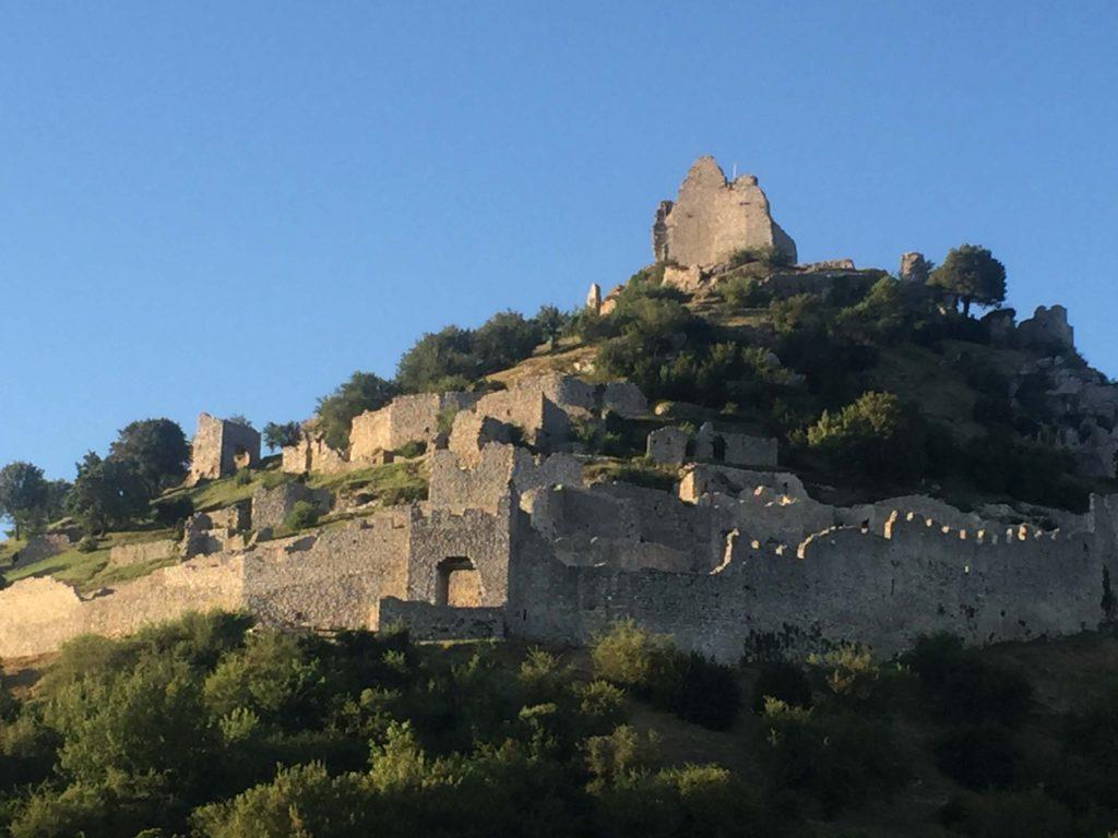 Le château de Crussol vu d'en bas